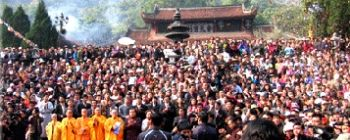 Tourists are enjoying Perfume Pagoda - the most sacred one - TL203