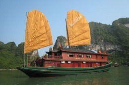 TOURISTS IN Bai Tu Long Junk