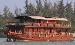 TOURISTS IN Bassac III Cruise