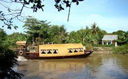 TOURISTS IN Song Xanh Sampan