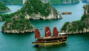 Travelers with Free and Easy Vietnam Cruise Tour