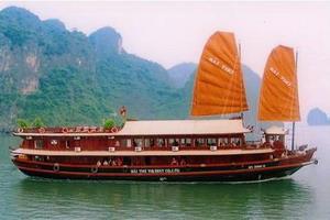 Bai Tho Junk cruising Halong Bay, Vietnam